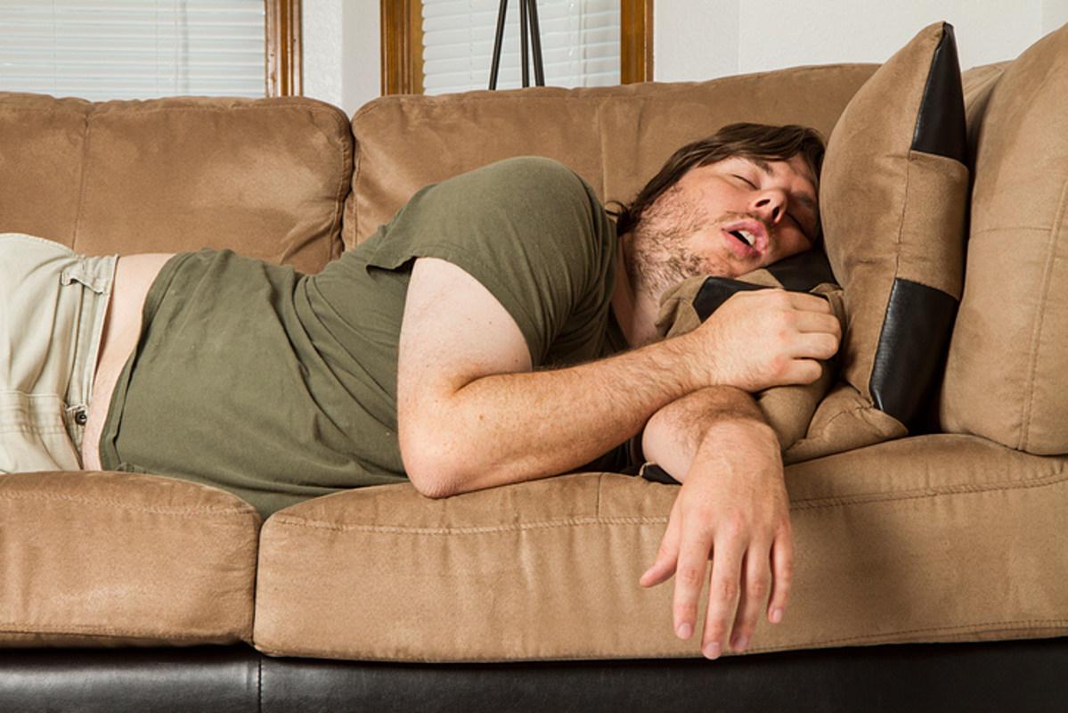 Картинки мужчина на диване и мечтает