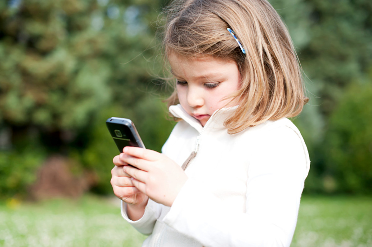 картинка с сотовыми телефонами наряженные
