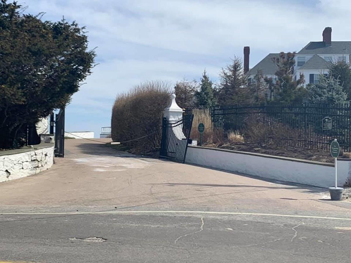 Car Crashes Into Taylor Swift S Rhode Island Gate