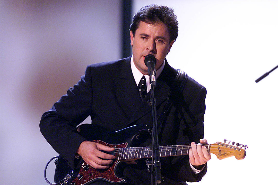 Country Music Memories: Vince Gill Wins Three CMA Awards