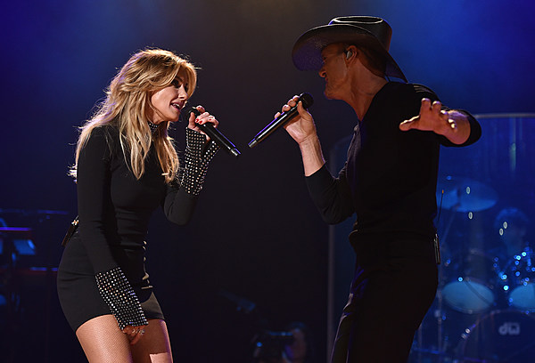 Watch Faith Hill Address Crowd After Tim S Onstage Collapse