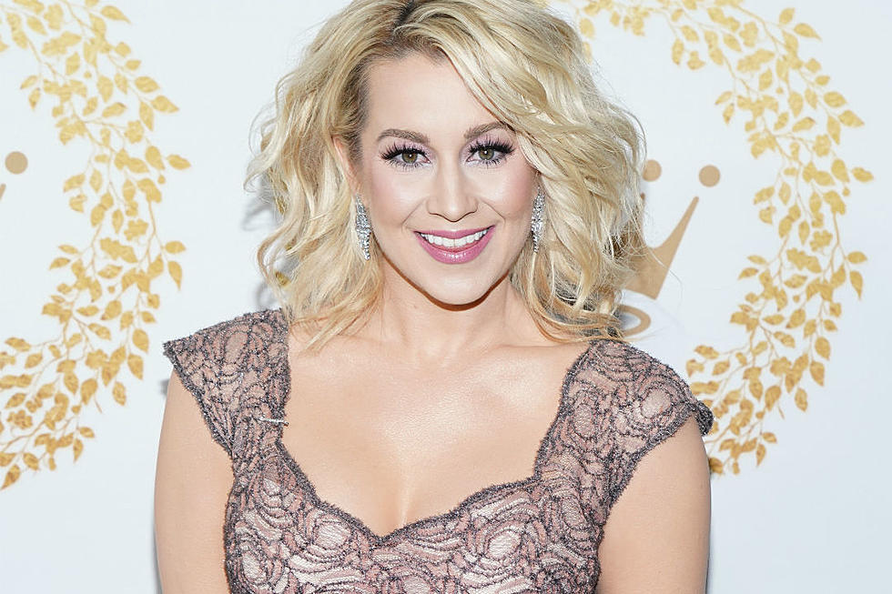 Christmas At Graceland 2018 Hallmark Poster.Kellie Pickler S Christmas At Graceland Is Getting A Sequel