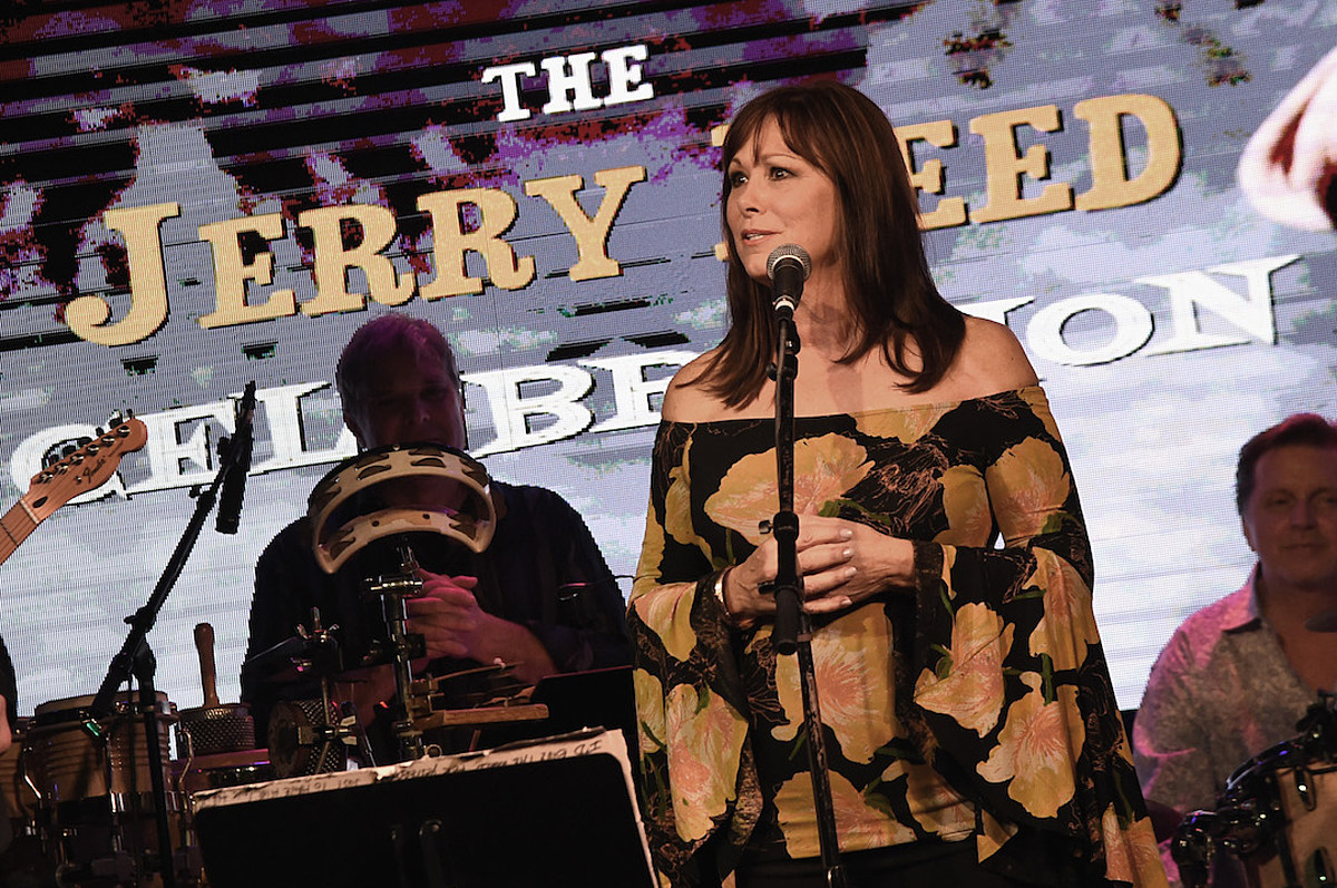 Story Behind the Song: Suzy Bogguss, 'I Don't Want to Set the World on Fire'