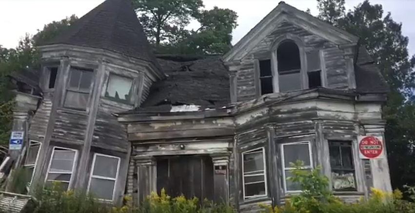 Abandoned Maine House Seems Right Out Of A Stephen King Movie