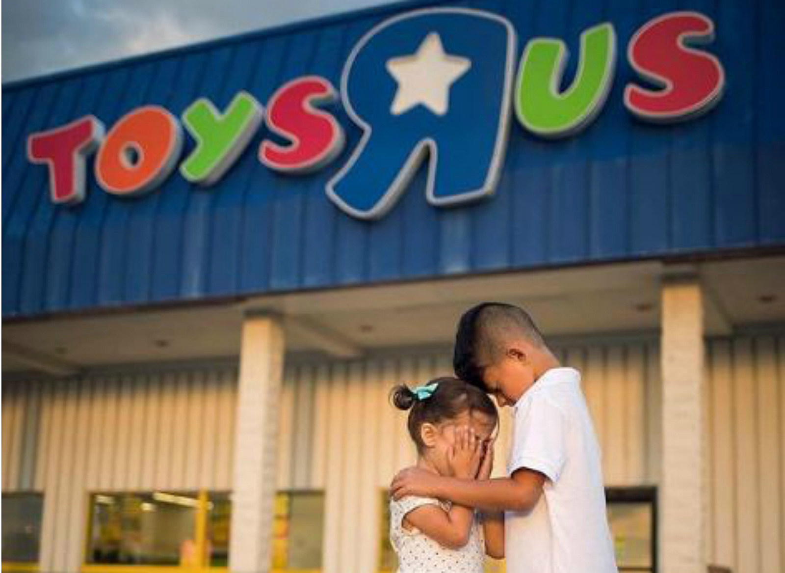 Nh Toys R Us Stores Are Closing And Geoffrey The Giraffe Is Sad