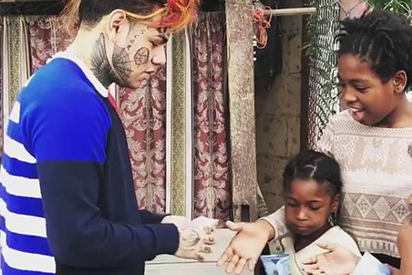 6ix9ine Hands Out Money to Children in the Dominican Republic - XXL
