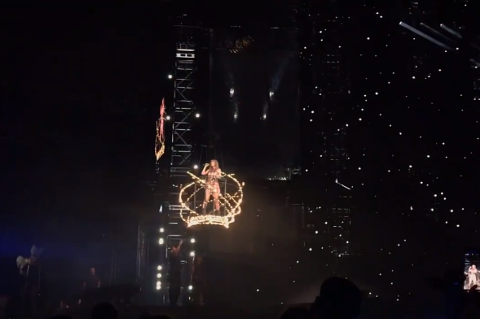 Taylor Swift Is Stranded Above Stage During Philly Concert Video