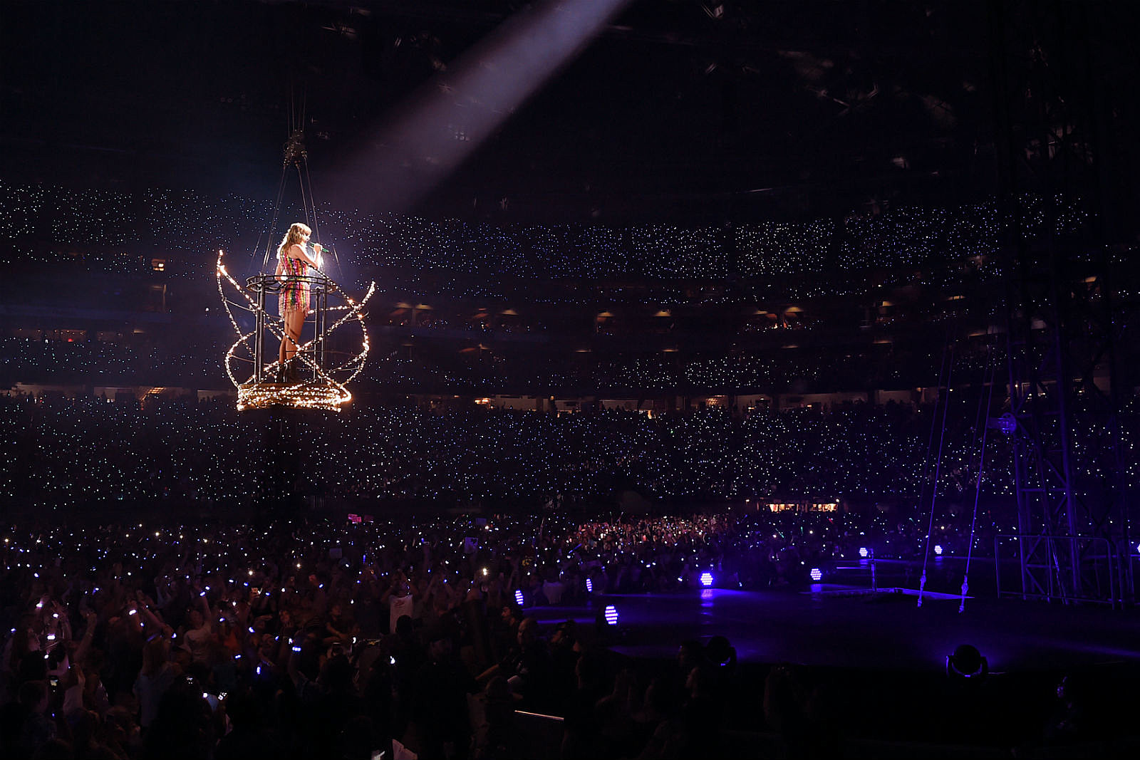 Watch Taylor Swift Gets Stuck Mid Air In Basket During Philadelphia Concert